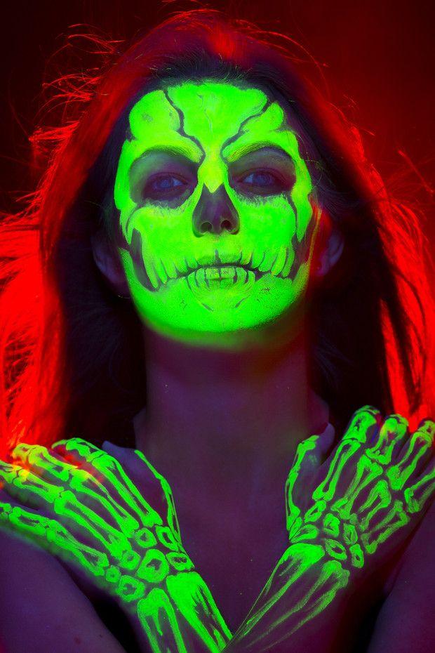 Te sorprenderá conocer algunos datos curiosos sobre una de nuestras fiestas favoritas del año: Halloween ¡Descúbrelos! Exotic Makeup, Halloween Face Makeup, Posters, Glamour, Memes, Glute Workouts, Fun Facts, Getting To Know, Night