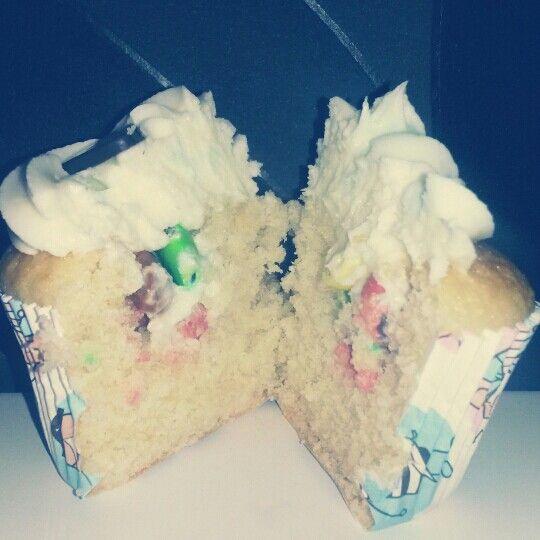 Vanilj cupcakes med vaniljfrosting och M&M's som överraskning