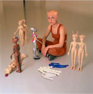 """Bene Bergado """"Jugando con Laura y Roxanne, Adela la Nadadora y las siamesas Teressa y Vanessa y Yoanna y Mireia"""", 1999 vía El Dado del Arte"""