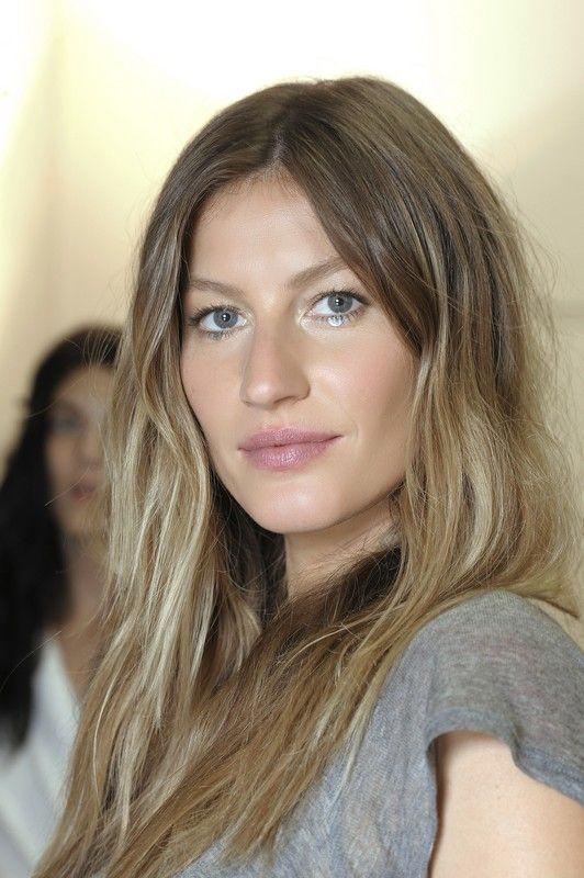 Copia lo stile Gisele Bundchen: capelli naturalmente mossi e spettinati. Facile da realizzare, è uno stile perfetto per la vita delle donne vere.