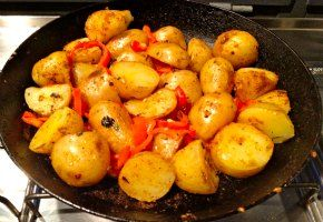 spicy potatoes with red peppers! πικάντικες πατάτες με κόκκινη πιπεριά!