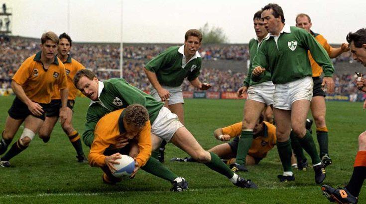 Michael Lynagh scores for Australia against Ireland