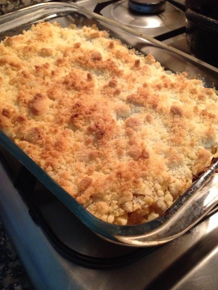 - 5 a 6 maçãs reineta-1 dl de Vinho do Porto ou de Moscatel - CRUMBLE: 100g manteiga-150 farinha-100g açúcar-50g amêndoa laminada. – Preparo: Descascar, descaroçar e cortar em pedacinhos as maçãs. Num pirex untado com manteiga colocar 5 a 6 maçãs reineta-1 dl de Vinho do Porto ou de Moscatel - CRUMBLE: 100g manteiga-150 farinha-100g açúcar-50g amêndoa laminada. as maçãs e salpicar com o Vinho do Porto ou Moscatel. À parte, misturar com a ponta dos dedos a farinha, o açúcar e a manteiga…