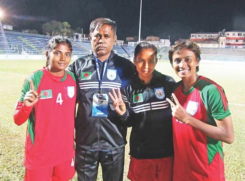 SAFF WOMENS CHAMPIONSHIP : Six-shooter women in maiden final   Bangladesh confirmed their maiden final berth in the SAFF Women's Championship with a 6-0 mauling of Maldives in the second semifinal at the Kanchenjunga Stadium in Siliguri yesterday.  Young striker Sirat Jahan Swapna scored a hattrick while captain Sabina Khatun bagged a brace and centre-back Nargis Khatun added another as Bangladesh made it to the final of the competition after having been eliminated from the semifinals twice…