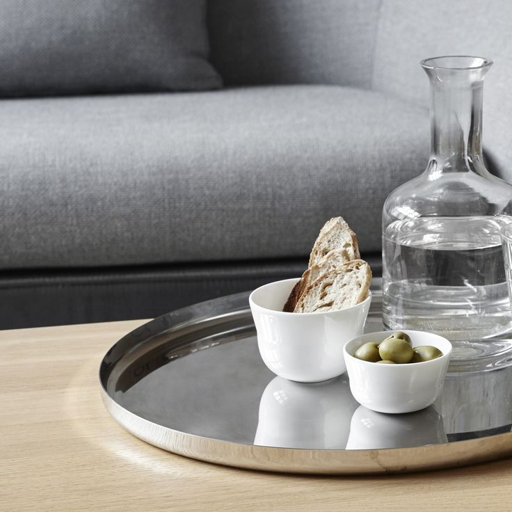 The stringent and raw steel elements add character and personality to the tableware and become a bold contrast to the warm and vivid materials: wood and china.