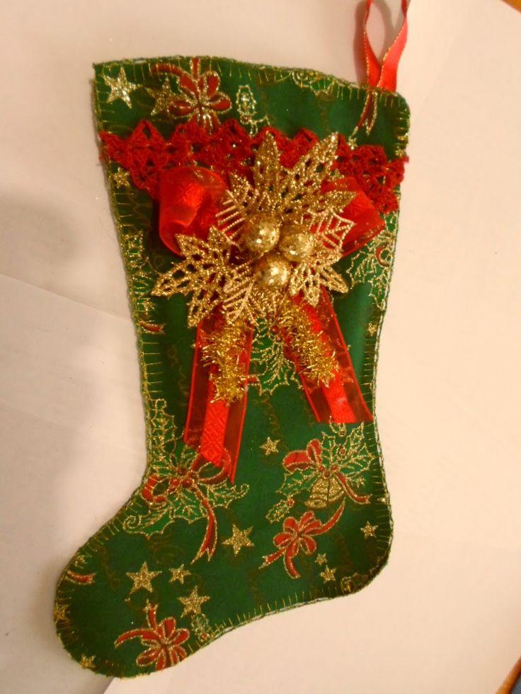 Botita navideña de tela agamuzada con borde que tejí a crochet en hilo 28/2 rojo y aplicaciones en cinta y fantasía.