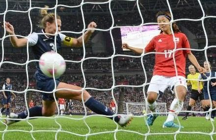 日本―米国 後半、ゴールを決める大儀見(右)=ウェンブリー競技場(共同)