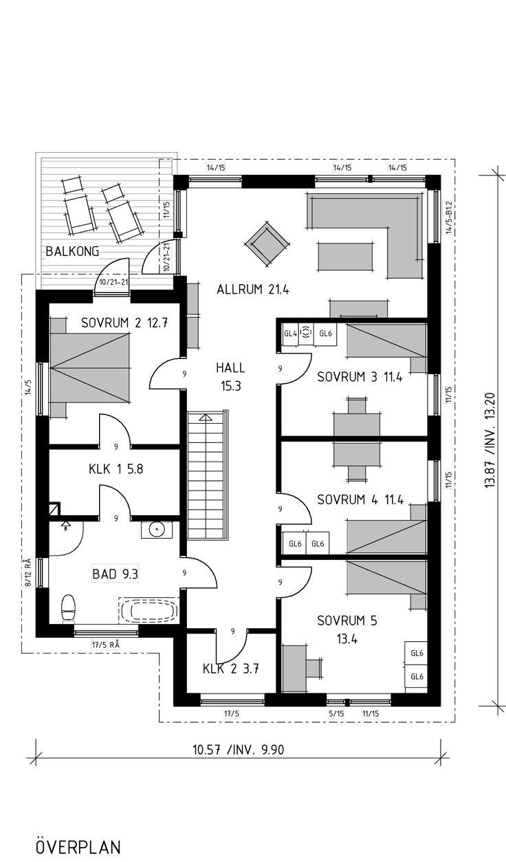 Huset med generösa ytor för den stora familjen. I hallen möts du av den raka trappan och genomsikt in till vardagsrum. På överplan har föräldrarna en lyxig avdelning med balkong, dressingroom och bad.