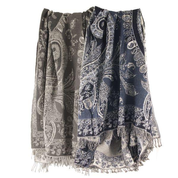 Pledd i kokt ull kommer i en lekker mørk blå gaveeske med sort sløyfebånd.