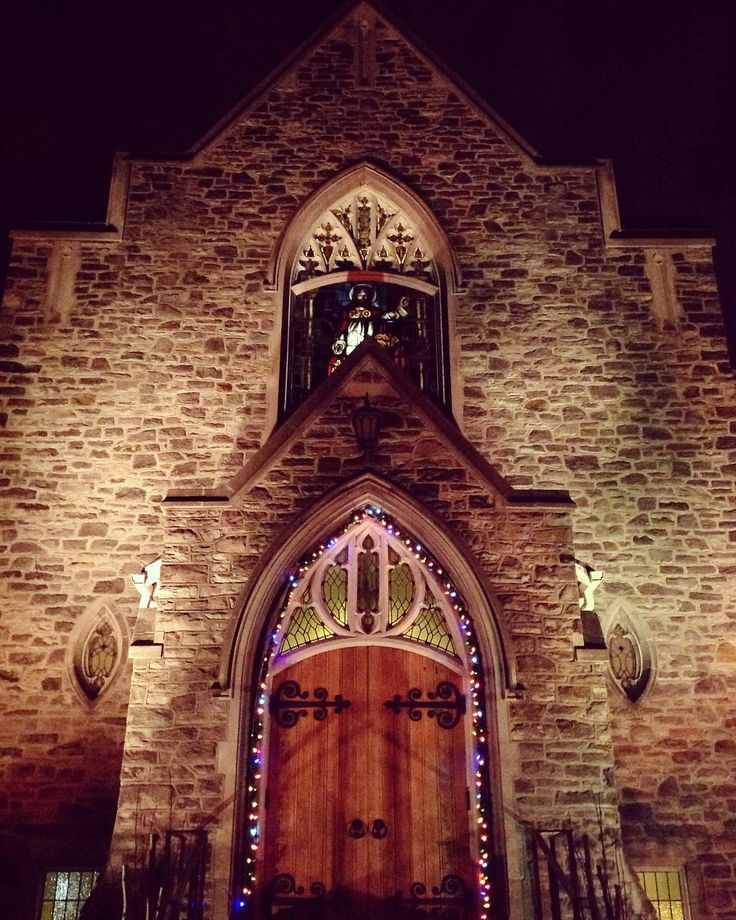 This evening @leasideunitedchurch  double digit weather today in #leaside  #christmas  #church #gothic #christmaslights #toronto #yyz
