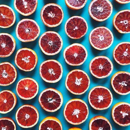 濃い赤色が印象的なブラッドオレンジ。 赤みの強いオレンジカラ...|MERY [メリー]