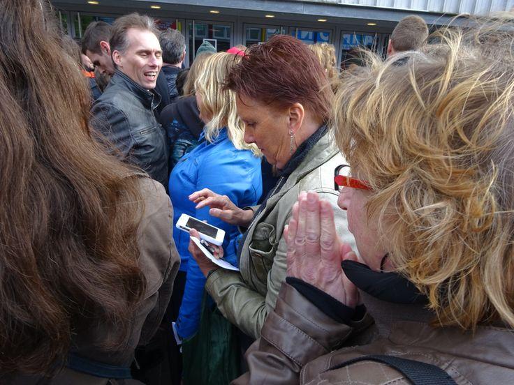 Marian checks foto's outside HMH 2-5-2014