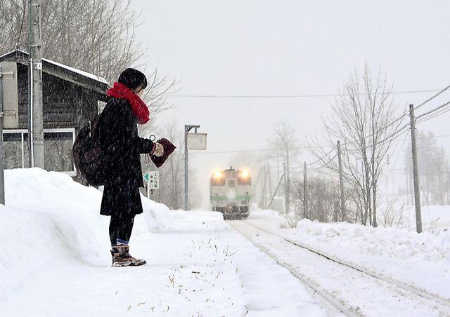 ◇No.835 昨年末の朝。細かな雪が降り続いていた。静まり返った白銀の世界に延びる2本のレール。傍らに4畳半ほどの待合室。北海道の旭川と網走を結ぶJR石北線の旧白滝駅(遠軽〈えんがる〉町)だ。 カ...