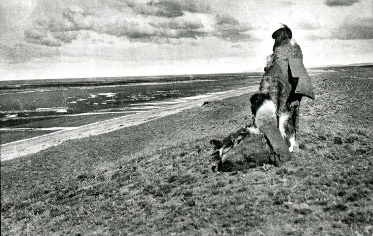 Cultura  Selk'nam - Pareja de mujeres selk´nam mirando la costa atlántica en las cercanías de Río Grande, Isla Grande, Tierra del Fuego. Fotografía de Charles Wellington Furlong. 1908.