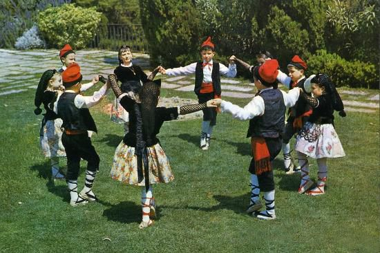 Sardana - Children performing a sardana with the Catalan national costume. #barcelona #dance