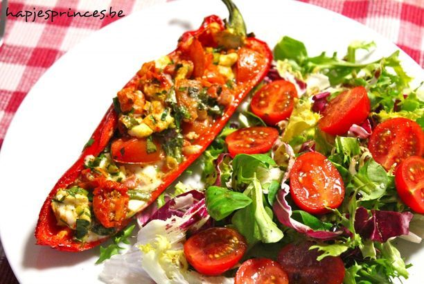 Gevulde puntpaprika met tomaten, mozzarella en ham