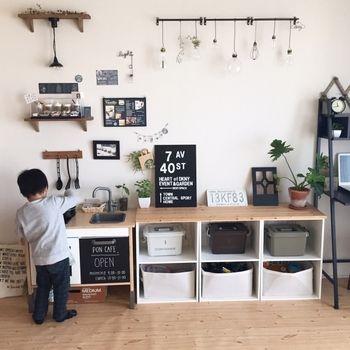 子供のための、おままごとキッチン。 つり下がったミニライトがとってもかわいい。 オープン時間やメニューも貼られています。 とってもクールでかっこいいキッチンですよね。