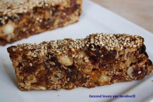 Notenbrood: 125 gram speltmeel 100 gram rozijnen 100 ml aangelengde diksap 50 gram hazelnoten 5 ongezwavelde abrikozen 2 medjooldadels 5 gedroogde vijgen 25 gram amandelen 25 gram lijnzaad 20 gram zonnebloempitten snufje kaneel