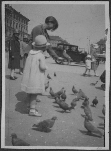 Irma Bernasconi Pannes e una bambina fra i piccioni, 1930s | ACVC