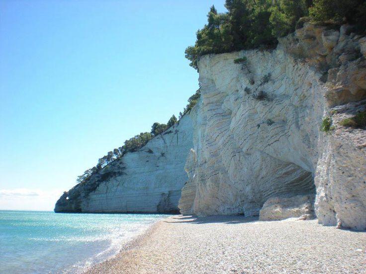Bianche pareti di roccia calcarea a strapiombo sulla costa, mare limpido con sfumature turchesi, questa è Vignanotica, splendida spiaggia pugliese situata