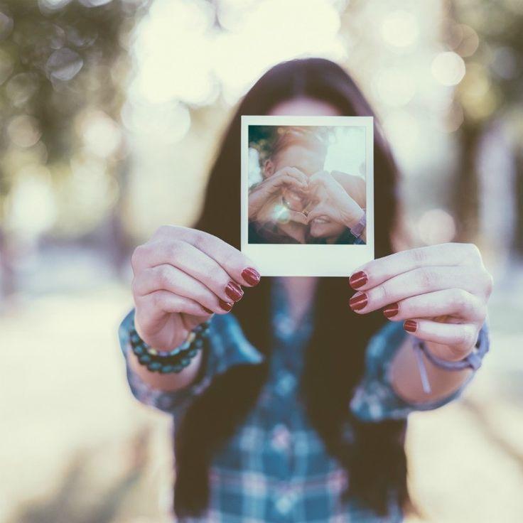 LOS 'SELFIES'  Después de los relfies del anillo del compromiso y los shoefies de los zapatos de novia, llegan las instantáneas reconvertidas en un pick'n'mix que podemos mandar a los invitados a modo de save-the-date por correo ordinario en lugar de online.  Mejor si tienen el aspecto de una Polaroid tradicional: encargálas directamente en un estudio de fotografía o de impresión fotográfica.