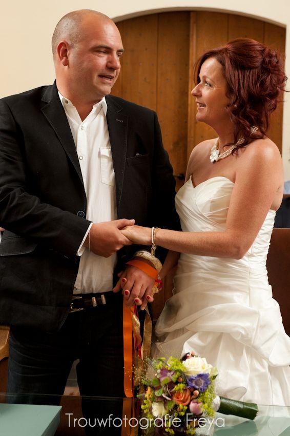 Country wedding handfasting ritual / boerenbruiloft hand fasting ritueel -  Trouwfotografie Freya - Hoorn - Noord Holland - http://trouwfotografie.freyaelders.com/?p=616 - #TrouwfotografieFreya