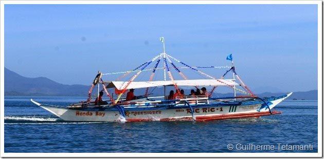 A Ilha de Palawan é um dos principais destinos turísticos das Filipinas, com incríveis praias e o famoso rio subterrâneo de Puerto Princesa. Devido ao roteiro que decidi fazer no país, a melhor forma de sair da ilha seria de barco (Confira os meios de transporte nas Filipinas), rumo a Coron, uma ilhazinha que também possui incríveis paisagens naturais.