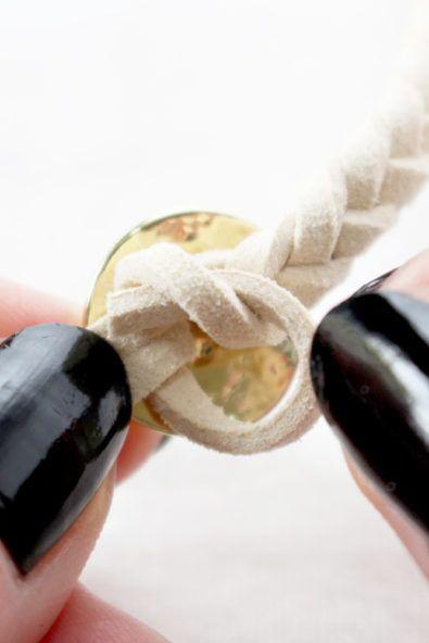 ガラスビーズを使った皮ひもブレスレットの作り方
