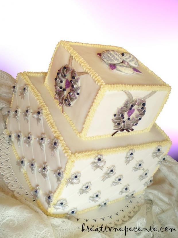 Viktoriánska svadobná  torta je štýlová a určite sa na svadbe vynímala. Veríme, že nie viac ako nevesta:) | Autor: kreativnepecenie.com | Tortyodmamy.sk