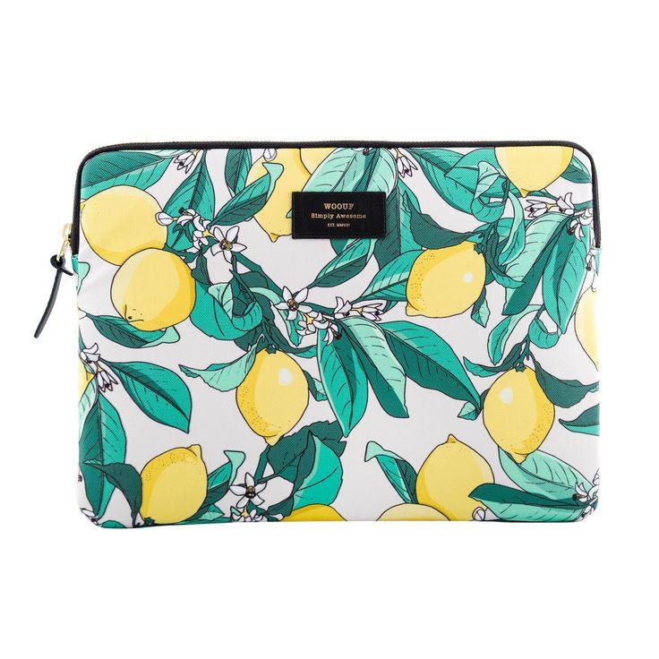 Lemon 13 är ett laptopfodral med tryck från Wouf. Fodralet har ett mönster av gula citroner och grön...