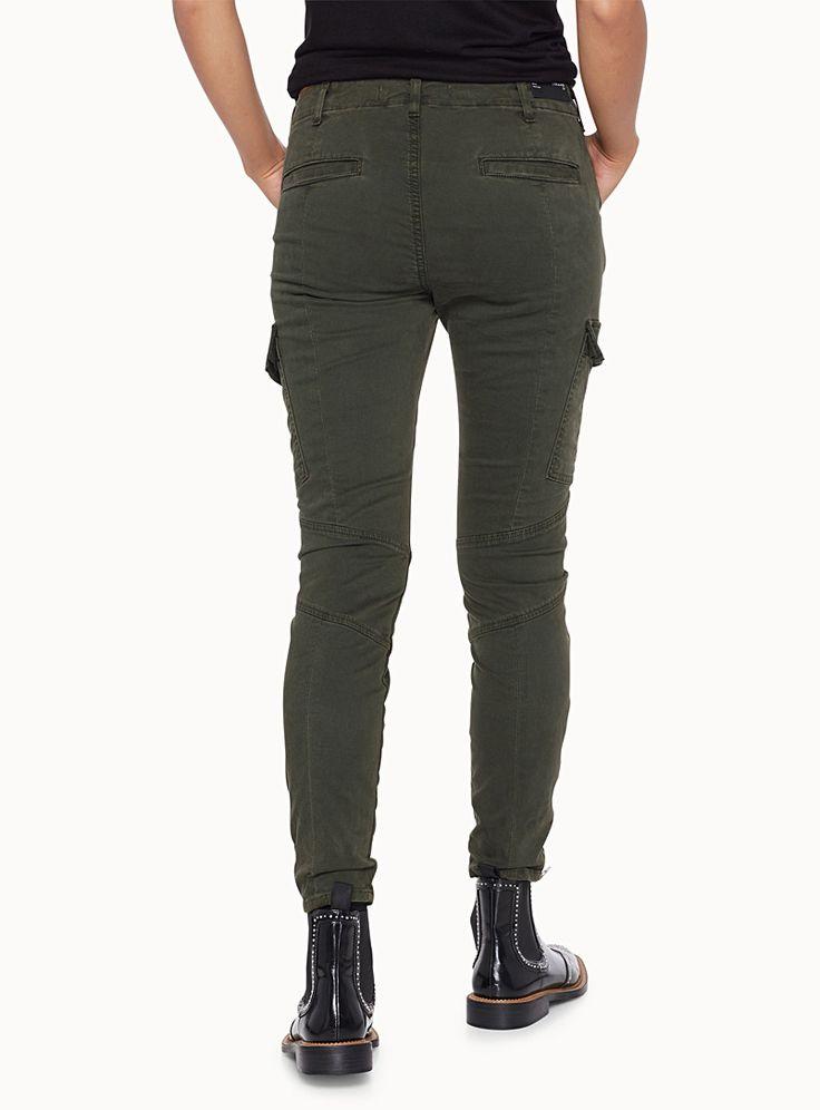 J Brand chez Icône   Le look militaire est au top des tendances pour la saison   Ce pantalon vert mousse aux détails utilitaires sera un allié de style   Doux sergé de coton extensible premium pour un confort supérieur   Coupe ajustée avec poches biais, poches cargo et poches fente à l'arrière   Zips métalliques aux chevilles    Le mannequin porte la taille 27