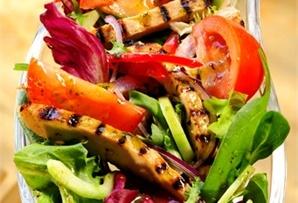Sałatka z grillowanym indykiem / Grilled turkey salad atrakcyjny wygląd oraz świeżość i chrupkość składników – oto prawdziwa dekoracja świątecznego stołu!  www.winiary.pl