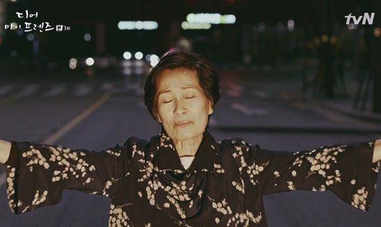 """휴대폰으로 통화를 하면서 """"내 핸드폰 어디 갔지?""""라고 묻는 어머니의 모습에 가슴이 덜컥 내려 앉은 경험이 있지 않았나. 나이가 들면서 기억이 가물가물해지고 뭔가를 까먹는 일이 잦아진다. 대부분의 사람들은 기억력 감퇴를 나이 들면 생기는 불가피한 것으로 생각하는 경우가 많지만, 최근 다양한 연구에 따르면 건강한 생활 습관을 유지하고 적절한 훈련을 병행할 경"""