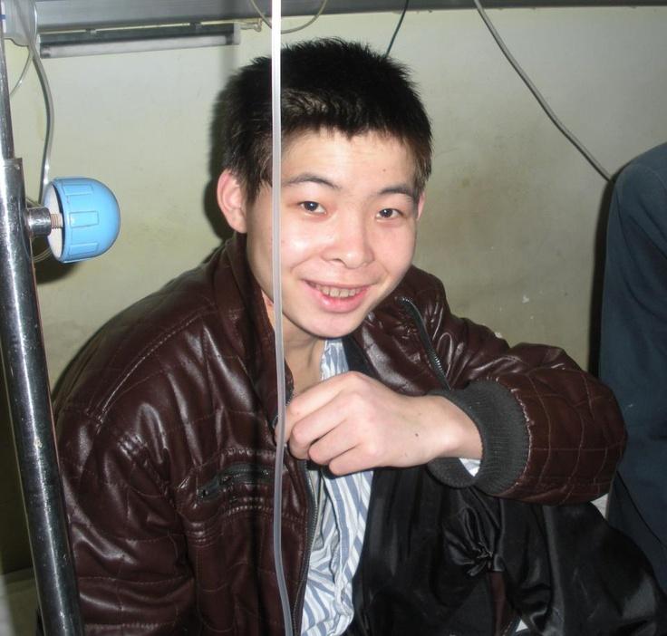 Weidong otro niño del programa Fondos de Unión, sigue recuperándose de su operación de corazón de hace dos semanas. Ha tenido fiebre, y los médicos esperan controlarla. Por favor, llévale en tus pensamientos!