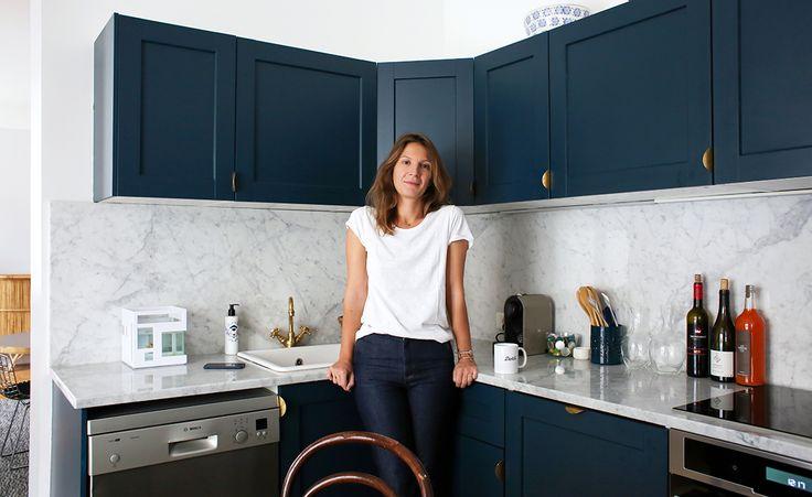 Cuisine Ikea repeinte en bleu, poignées design en laiton superfront, marbre de carrare et suspension de l'atelier Areti