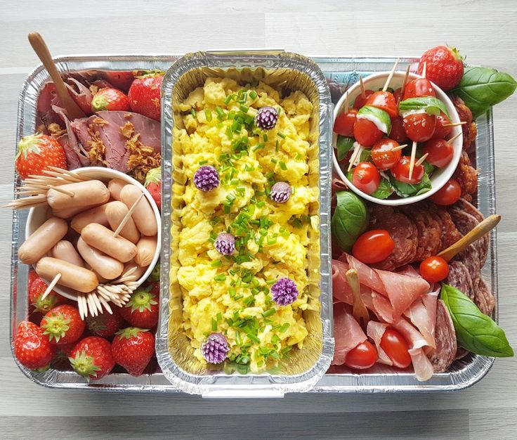 Tid for avslutninger i skole og barnehage. Digg delemat: Eggerøre, minipølser, roastbiff, jordbær, spekemat og capresepinner.