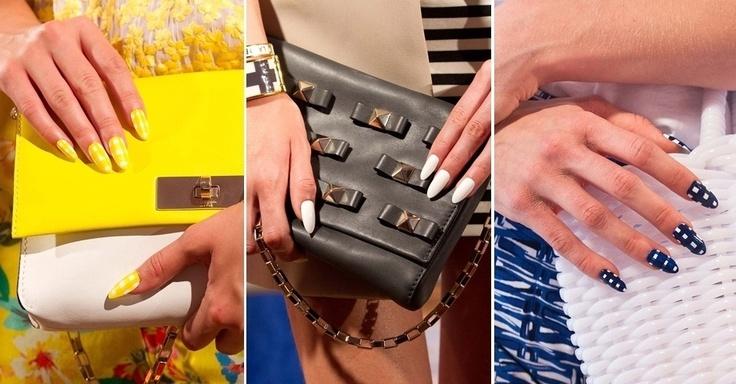 """Unhas """"stiletto"""" decoradas com padronagem de xadrez vichy (à esquerda e direita) e toda pintada de branco na passarela da marca Kate Spade"""