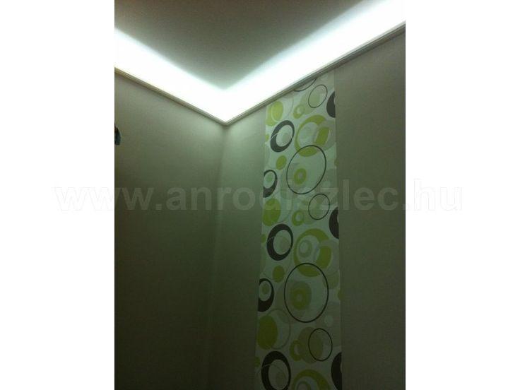 A szobám LED világítással.  Rejtett világítás díszlécbe szerelt 3528-060 SMD LED szalag világít a képen.