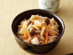 渡辺 あきこさんの米,鶏もも肉を使った「五目ご飯」のレシピページです。親しみのある定番のしょうゆ味炊き込みご飯。基本の味つけを覚えれば、好みの具材でアレンジできますよ。 材料: 米、だし、鶏もも肉、にんじん、ごぼう、しめじ、油揚げ、A