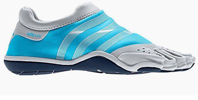 """A Adidas está lançando um tenis para a prática de treinos """"naturais"""" na academia. Permitindo que você tenha um contato com o chão da mesma maneira que você tem contato com a sua mão ao segurar barras e pesos. Claro, contando com a segurança de um ótimo material."""