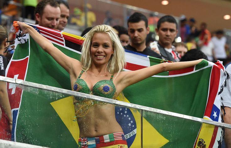 CENTRO DE ATENCION. Un jóven posa con la bandera de Brasil durante el partido entre Camerún y Croacia en el estadio Amazonia, en Manaos, el 18 de junio de 2014, durante la Copa Mundial de la FIFA...