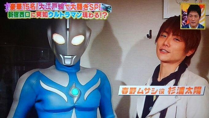 『ヒルナンデス』と思われるバラエティー番組にて、新宿駅西口に突如現れたコスモス&春野ムサシ なつとら on Twitter:特撮番組内でのヒーロー紹介特集よりも、ふだん特撮を取り上げない一般向けの番組でヒーローが紹介される時の方が100倍ワクワクするんですが分かる人いますか…✨