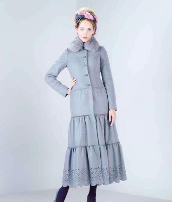 Зимнее пальто приталенного силуэта с трехъярусной юбкой длиной в пол, нижняя юбка с фестонами по подолу. Пальто из кашемировой ткани со...