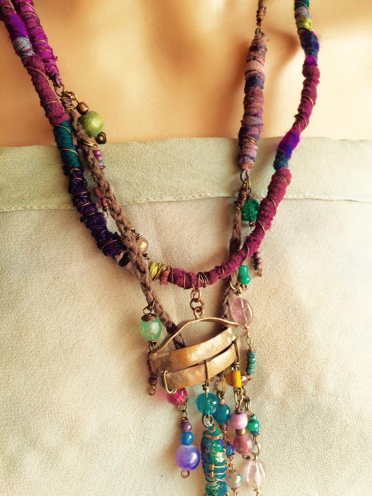 Collar de tela , aplicaciones de cobre y piedras