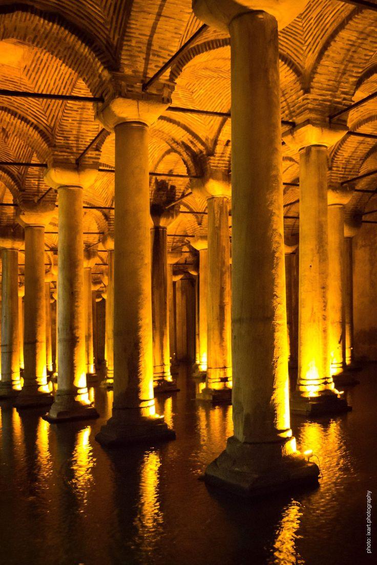 Die Cisterna Basilica (türk.: Yerebatan Sarnıcı, auch Yerebatan Sarayı), oft auch Versunkener Palast genannt, ist eine spätantike Zisterne westlich der Hagia Sophia in Istanbul. Die Anlage ist eine der beeindruckendsten Sehenswürdigkeiten der Stadt.