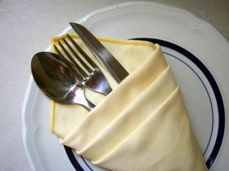 Ένας κομψός τρόπος να τοποθετήσετε τα μαχαιροπίρουνά σας. Μη τον χρησιμοποιήσετε μόνο στα επίσημα τραπέζια! Είναι εύκολος και μπορείτε έτσι να ομορφύνετε και το καθημερινό σας τραπέζι.