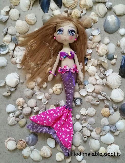 Sirena di stoffa dipinta a mano - bambola con capelli sintetici - gioco bimba - handmade doll https://ilfilodimais.blogspot.it/2017/08/le-sirene-del-mare-bambole-di-stoffa.html