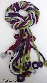 Sciarpa realizzata con tricotin e guarnizioni