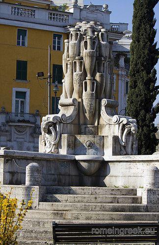 Fontana delle Anfore, Testaccio. Nel 1924 il Comune di Roma bandì un concorso nazionale per cinque fontane da collocarsi in altrettante piazze romane poste nei quartieri di recente edificazione.