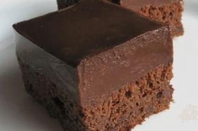 Výborný tip na zákusek se kterým se skutečně moc nenaděláte. Stačí jen smíchá všechny přísady, nalít na plech a upéct. Krém na tento dezert z zakysané smetany je také neskutečně jednoduchý a rychlý! Ingredience: 1 pohár kefíru (250 ml) 250 g moučkového cukru 250 g hladké mouky 1 lžičku jedlé sody 1 lžíci kakaa 9 …